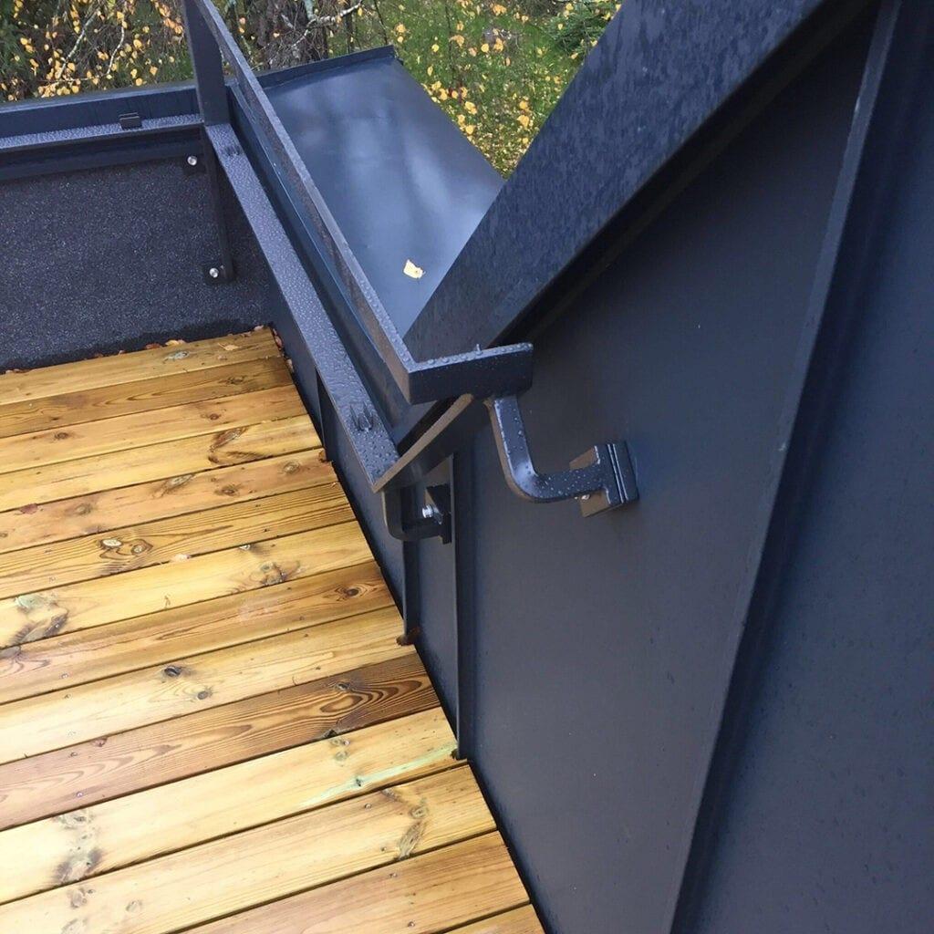 Smidesräcke till takterassen uppe på tillbyggnaden i aluminiumplåt