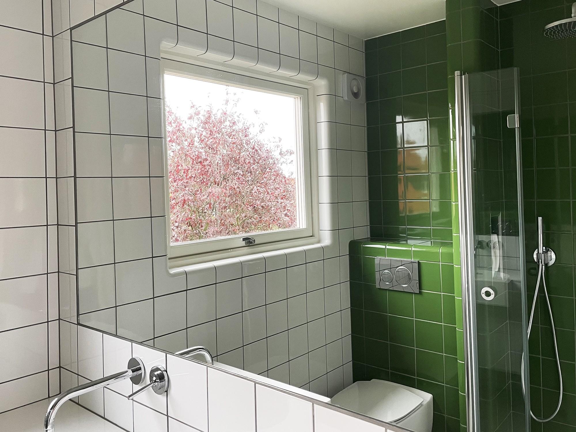 Minimalt badrum uppe på vinden i en 50-talsvilla på Limhamn totalrenoveras och kläs med grönt och vitt kakel från dTile