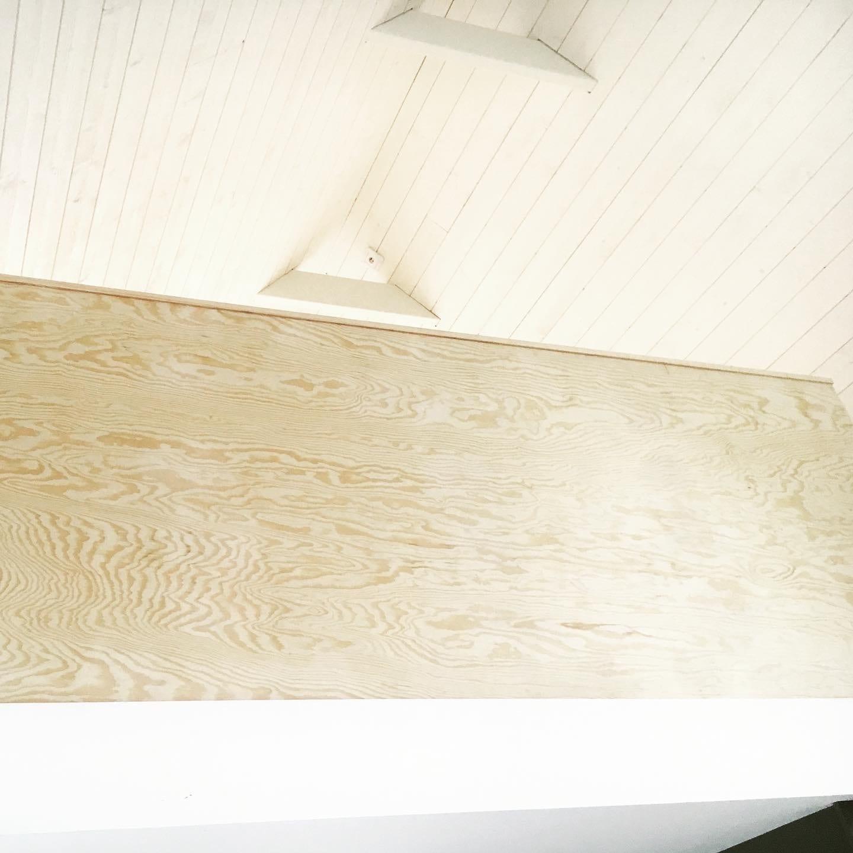 Räcke av granplywood till loftet i den renoverade fiskelängan