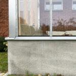 Glashuset i stål o betong på Bellevue med poster av furu, platsgjuten betongvägg och fönsterbänkar av kalksten.
