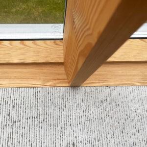 De fina fönsterbänkarna i kalksten i närbild. Här ser man tydligt de fasade fönsterposterna som vinklas inåt.