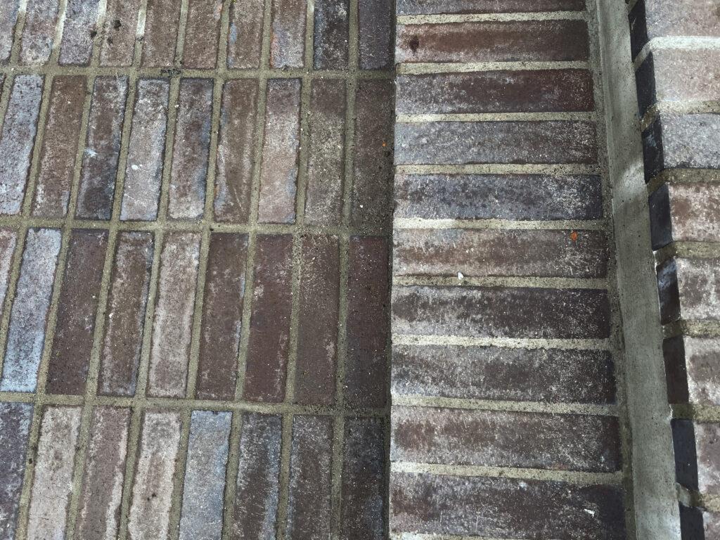 Tegeltrappa och golv i uterummet