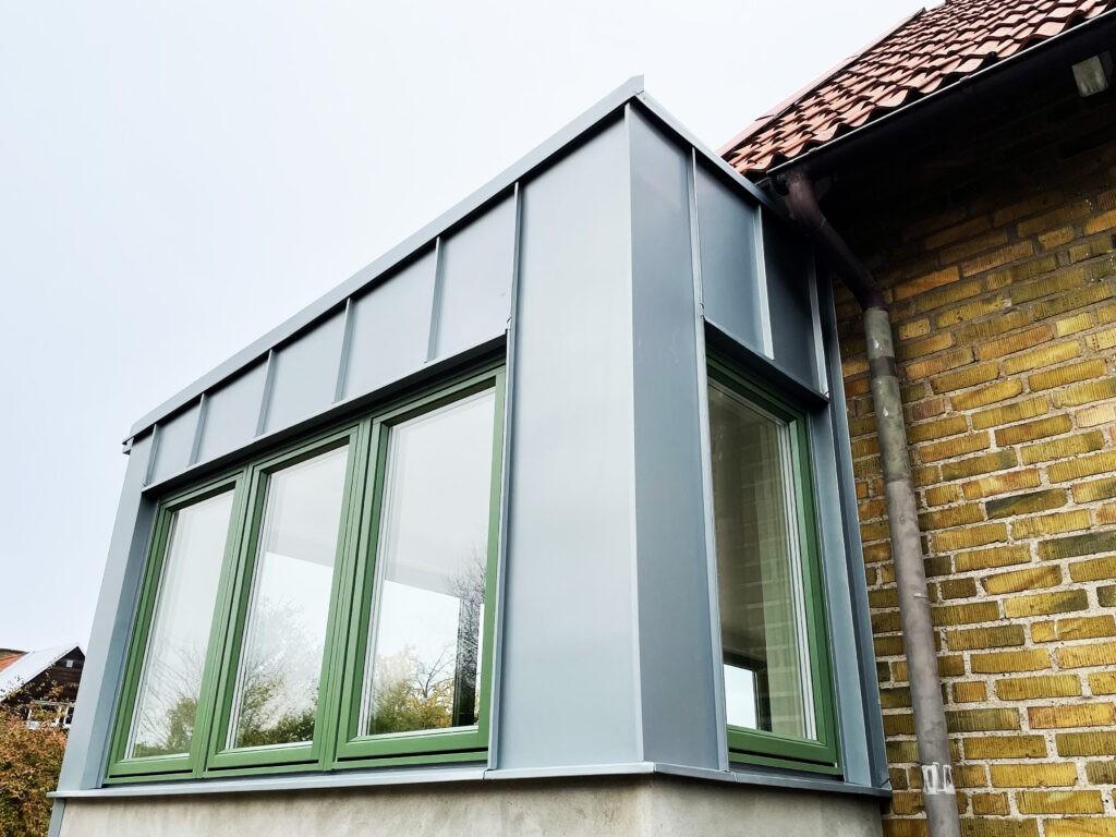 Uterum med gröna fönster och zink